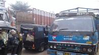 सड़क पर वाहनों का जमावड़ा, यातायात बाधित