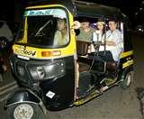 रात में परिवार के साथ ऑटो रिक्शा में सफर करती दिखीं मलाइका अरोड़ा, देखें तस्वीरें