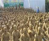गोरखपुर में टूटा यह एशियन रिकॉर्ड, एक साथ इतने लोगों ने करवाया शरीर पर मिट्टी का लेप Gorakhpur News