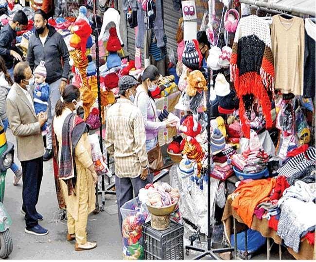 होजरी मार्केट मेें खरीदारों की भीड़ बढ़ रही।