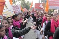 लड़कियां देश का अभिमान संदेश देकर निकाली जागरूकता रैली