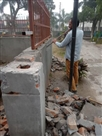 तीन माह पहले बनाई नई दीवार, अब ठेकेदार तोड़ रहा, एसोसिएशन विरोध में उतरी