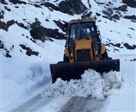 स्नो कटर को दूर रखकर जेसीबी से बर्फ हटाने से उखड़ा थल-मुनस्यारी रोड का डामर