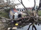 बेकाबू ट्रक ने लील ली एक जिंदगी, आक्रोशित लोगों ने किया चक्काजाम, अधिकारियों को बुलाने की मांग