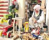 लकड़ी के पारंपरिक भारतीय खिलौनों को बचाने की जुगत में लगे हैं 73 वर्षीय भोला सिंह