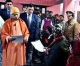 जनता दरबार में सीएम योगी आदित्यनाथ ने समस्याएं सुन दिया निस्तारण का भरोसा Gorakhpur News