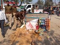 पुलिसकर्मियों ने पलटा मूंगफली का ठेला
