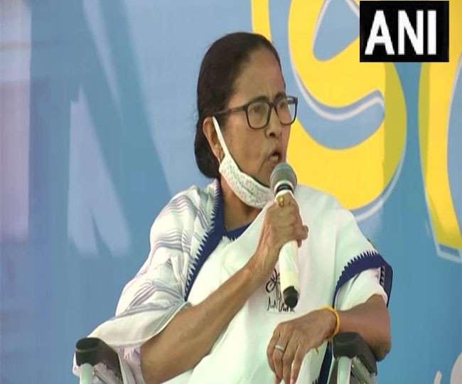 पूर्वी मिदनापुर में जनसभा को संबोधित करती पश्चिम बंगाल की मुख्यमंत्री ममता बनर्जी