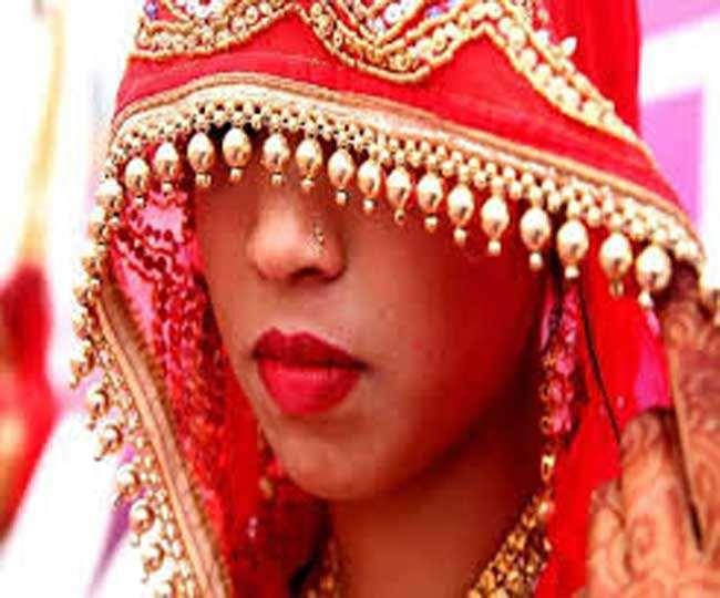 Jharkhand Godda Crime News: गैर मर्द के प्रेम में बौराई नवविवाहिता ने थाने में घुसकर दारोगा की वर्दी फाड़ दी।