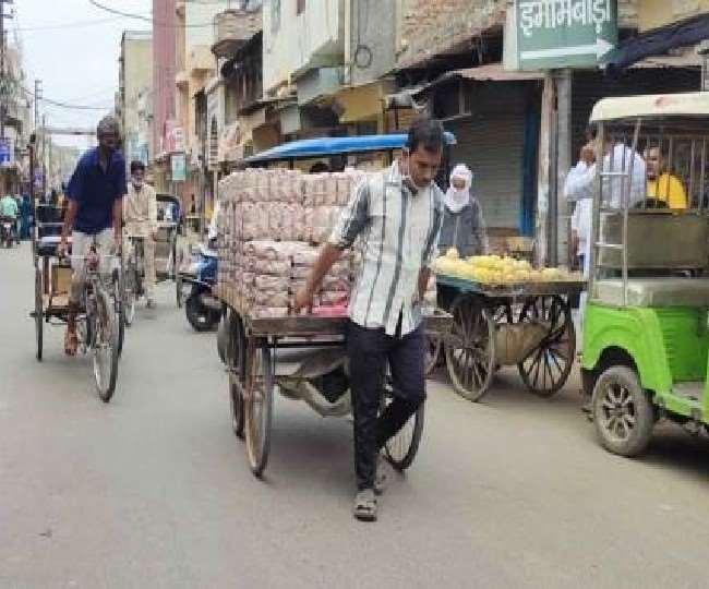 यूपी सरकार श्रमिकों व पटरी दुकानदारों को 1000 रुपये भरण-पोषण भत्ता देगी।