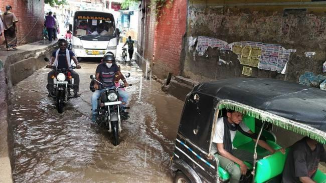 नालों का पानी ओवरफ्लो होने से कई मोहल्ले में घरों में घुसा