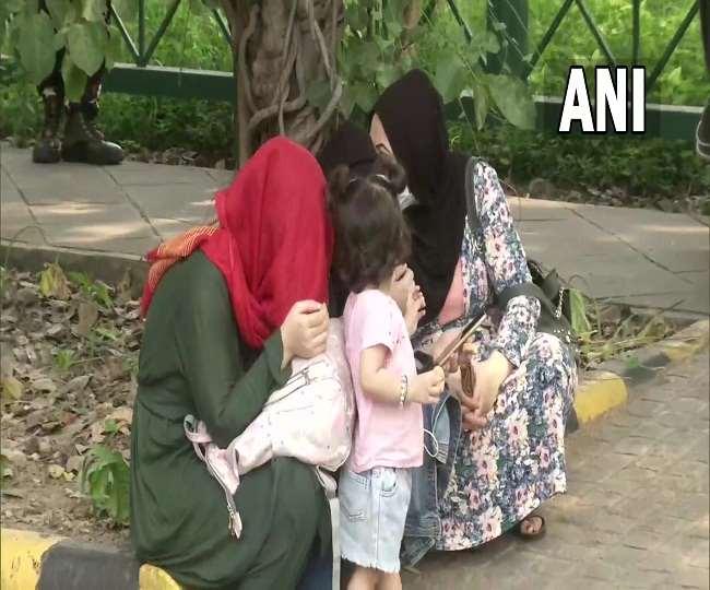 दिल्ली में ऑस्ट्रेलियाई दूतावास के बाहर इकट्ठा हुए अफगान नागरिक, कहा- सुना है शरणार्थियों को स्वीकार कर रहा है ऑस्ट्रेलिया
