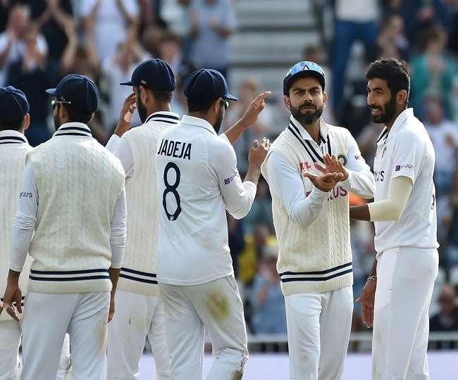 भारतीय कप्तान विराट कोहली साथी खिलाड़ियों के साथ (एपी फोटो)
