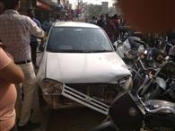 अनियंत्रित कार की टक्कर से छह बाइकें क्षतिग्रस्त