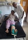 मंदिर से लौट रही बुजुर्ग महिलाओं के पीछे भागा सांड, गिरने से एक की टांग टूटी