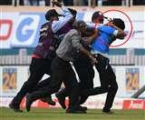 मैदान पर सुरक्षाकर्मियों ने क्रिकेट फैन को पीटा, इस खिलाड़ी से जबरन पहुंचा था मिलने