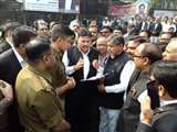 गुस्साए अधिवक्ताओं का एसएसपी को तीन दिन का अल्टीमेटम, गोली मारने वाले की हो जल्द हो गिरफ्तारी Aligarh News