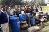 तीन अवैध शराब भट्ठियों में पुलिस ने मारा छापा