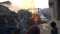 गरीबनगर गांव में चूल्हे की चिगारी से लगी आग, दो घर राख