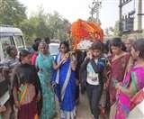 यहां महिलाओं ने तोड़ी रूढ़िवादी परंपरा, बेटियों ने दिया अर्थी को कांधा, बहू ने दी मुखाग्नि