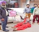 डीसी ऑफिस आई शाहकोट की महिला की टूटी टांग, पार्किंग ठेकेदार के लगाए एंगल में फंस गिर गई थी