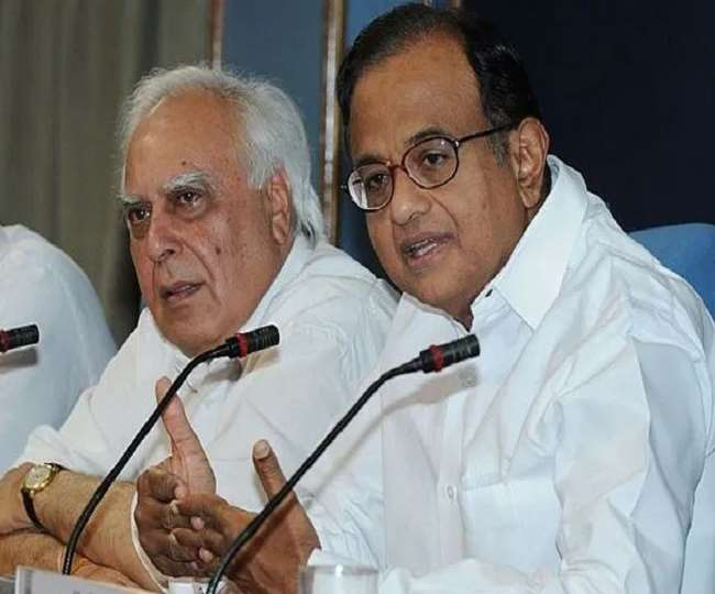 कांग्रेस नेता कपिल सिब्बल और पी चिदंबरम (फाइल फोटो)