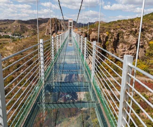 शीशे के पुल पर्यटकों को खूब आकर्षित करते हैं।