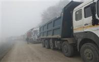मिट्टी रोक रही वाहनों का रास्ता, सात घंटे हाईवे जाम