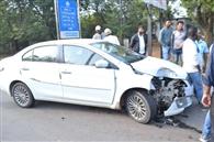 कार की टक्कर से ऑटो पलटा, चालक जख्मी