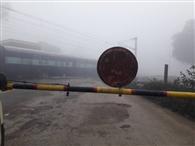 रेडियम रिफलेक्टर विहीन रेलवे गेट से दुर्घटना की आशंका
