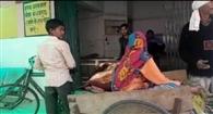 ठेलिया से मरीज को लेकर पहुंचे अस्पताल