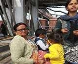 गोरखपुर रेलवे स्टेशन पर बच्चे के साथ लिफ्ट में डेढ़ घंटे फंसी रही महिला, ट्रेन छूटी Gorakhpur News