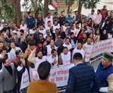 सरकार की नई एक्साइज नीति के विरोध में युवा कांग्रेस कार्यकर्ताओं ने शराब की खाली बाेतलें लेकर किया प्रदर्शन