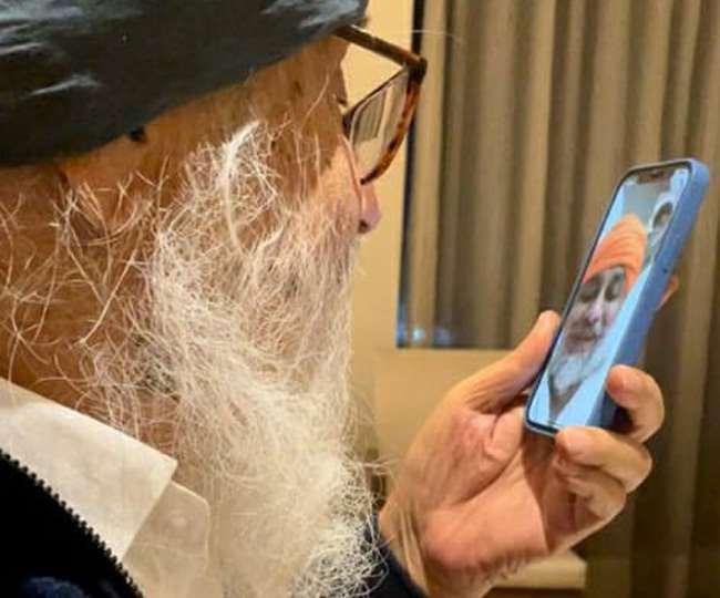 बेटे सुखबीर से वीडियो काल कर बात करते पिता प्रकाश सिंह बादल।