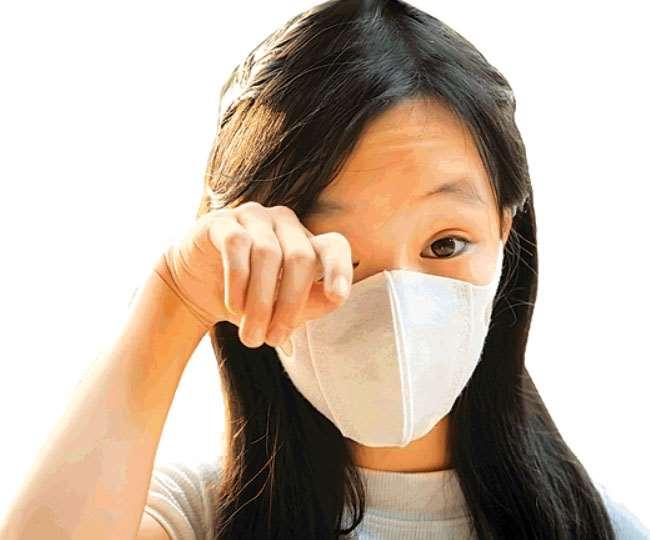 नाक में सूखापन, काली पपड़ी जमना या फिर खून आना।