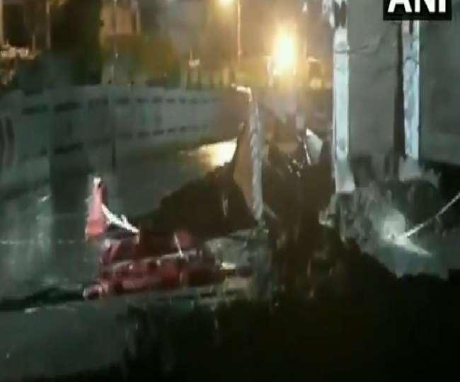 VIDEO: दिल्ली में देखते-देखते सड़क पर बने गड्ढे में समा गया पूरा ट्रक