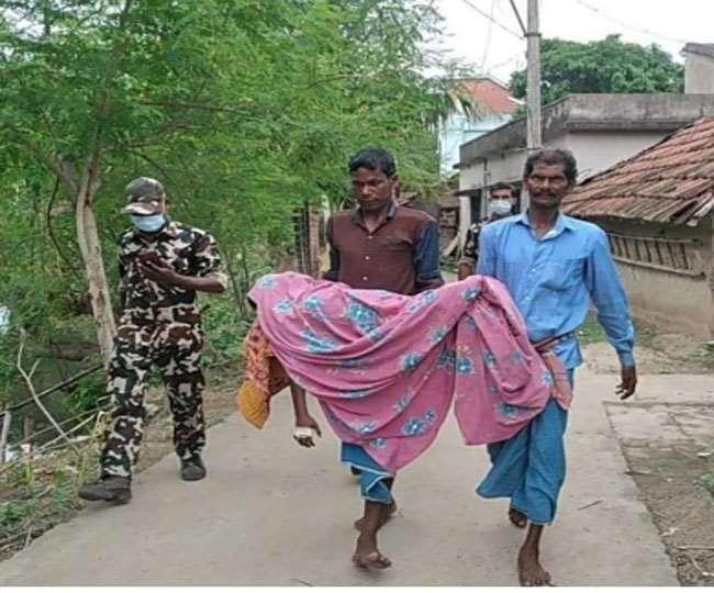 पुलिस के निर्देश पर बच्ची के शव को पोस्टमार्टम के लिए ले जाते।