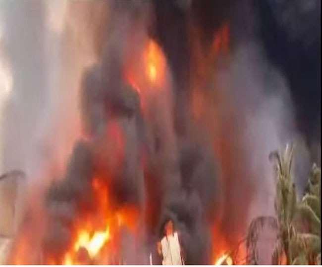 रासायनिक कारखाने में लगी भयावह आग का दृश्य।