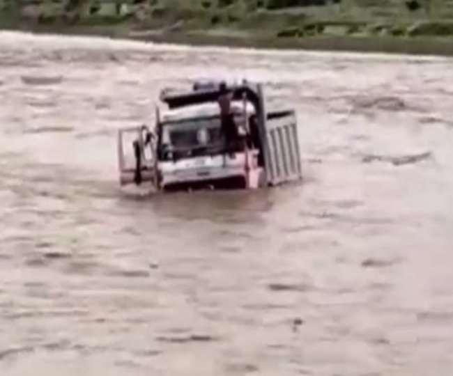 स्थानीय लोगों ने हिम्मत कर रस्सियों के सहारे चालक को सुरक्षित बाहर निकाल लिया।