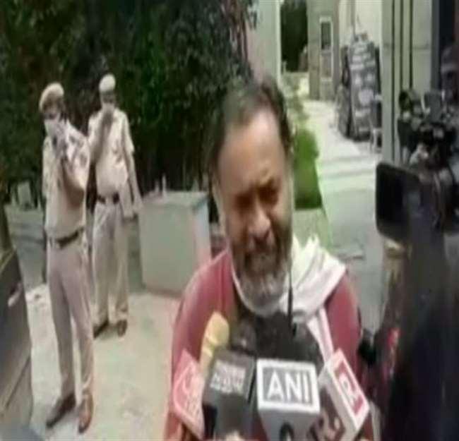 अलीपुर के पास मंतरम रिसोर्ट में हुई बैठक के बाद मीडिया से बात करते योगेंद्र यादव।