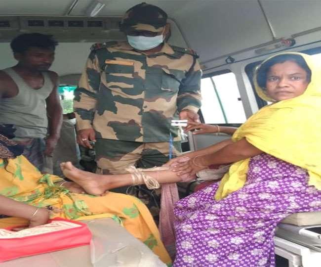 सांप काटने के बाद महिला को अस्पताल ले जाते बीएसएफ के प्रहरी।