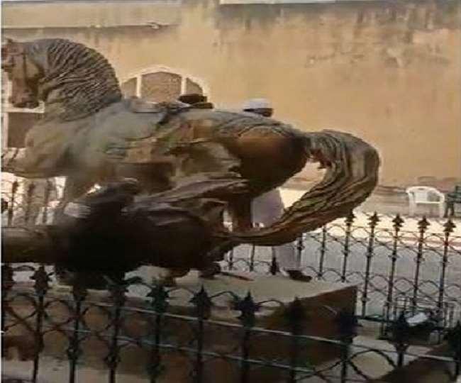 तीन बार मूर्ति पर किया गया हमला