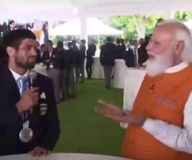 हरियाणा के खिलाड़ियों के बातचीत करते पीएम नरेंद्र मोदी।