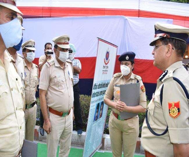 जनकपुरी में आयोजित कार्यक्रम में पुलिस अधिकारियों से बात करते दिल्ली पुलिस आयुक्त राकेश अस्थाना।