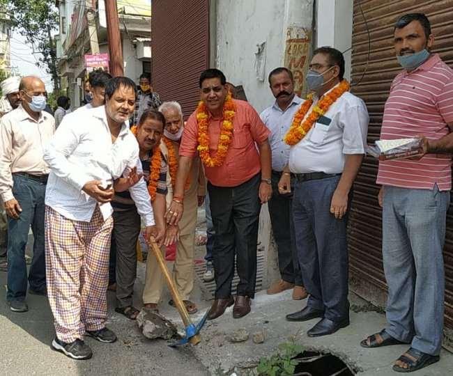 मेयर चंद्र मोहन गुप्ता शिव नगर में नाली पर ग्रेटिंग डालने का काम शुरू करवाते हुए।