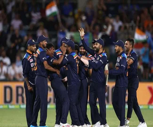 भारतीय क्रिकेट टीम जश्न मनाते हुए (एपी फोटो)