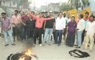 जलजमाव से परेशान नागरिकों ने छह घंटे सड़क जाम कर किया प्रदर्शन
