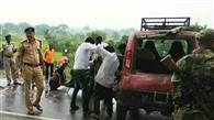 हाइवा से कुचलकर महिला की मौत, दो लोग घायल