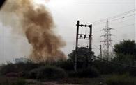 सेक्टर-37डी में डंप किए गए कूड़े में आग लगाई