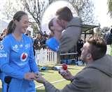ब्वॉयफ्रेंड ने महिला क्रिकेटर को मैदान पर किया प्रपोज, और फिर पूरी टीम के सामने किया KISS